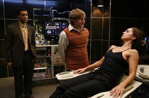 Echo (Eliza Dushku) et Topher: un petit tour dans le fauteuil suffit à effacer la personnalité de la poupée dans Dollhouse