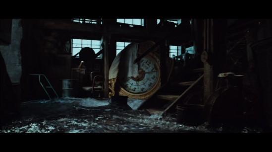 La grande horloge de la gare envahie par les eaux à la toute fin de L'Étrange Histoire de Benjamin Button