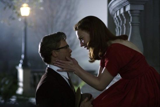 Daisy (Cate Blanchett), devenue danseuse étoile, séduit son ami d'enfance Benjamin (Brad Pitt)