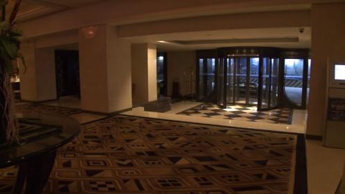 Un hall d'hôtel vide et inquiétant filmé en numérique (Lady Blue Shanghai)