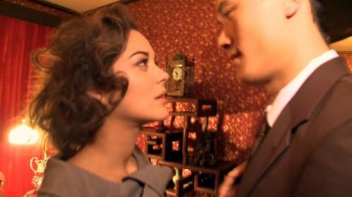 Les deux amants se retrouvent dans une Red Room rétro au look très Shanghai
