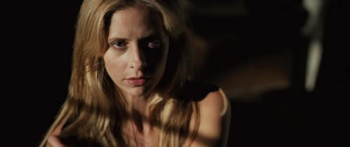 Veronika (Sarah Michelle Gellar) se met à nu face à Edward