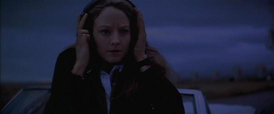 Ellie Arroway (Jodie Foster) reçoit un signal en provenance de Vega dans Contact de Robert Zemeckis