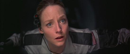 Ellie (Jodie Foster) découvre avec émerveillement le cosmos depuis son vaisseau spatial dans Contact de Robert Zemeckis