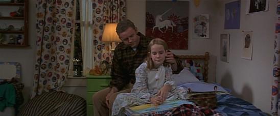 Dans le film Contact, la jeune Ellie, orpheline de mère, est très proche de son père