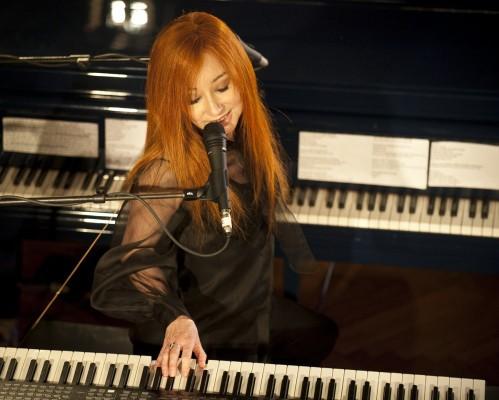 Tori Amos en décembre dernier lors de son passage à l'émission Live at the Artist's Den, bientôt en DVD. Elle jouera pour la 1ère fois aux côtés d'un orchestre en octobre prochain à Amsterdam.