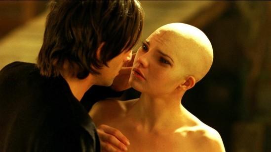 Clive (Adrien Brody) sous le charme de Dren (Delphine Chaneac), sa créature et fille adoptive dans Splice de Vincenzo Natali.