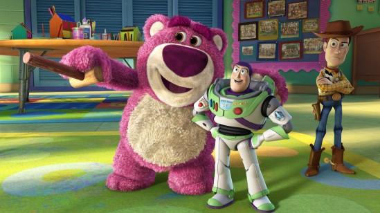 Toy Story 3: L'ours rose Lotso accueille Buzz, Woody et leurs amis à la crèche de Riverside. Un lieu qui va vite se révéler moins idyllique qu'il n'y paraît.