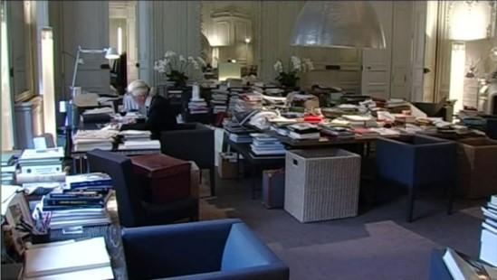 Karl Lagerfeld au travail dans son bureau dans Signé Chanel, le documentaire de Loïc Prigent.
