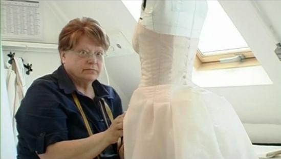 Mme Martine, chef d'atelier en plein travail dans Signé Chanel de Loïc Prigent.