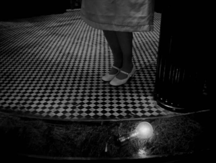 image pieds carrelage damier eraserhead