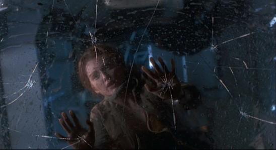 Sarah Harding (Julianne Moore) en mauvaise posture dans la géniale scène du van du Monde Perdu: Jurassic Park de Steven Spielberg (1997).