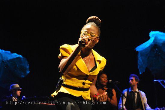La chanteuse Asa, très en forme, était de passage au Transbordeur de Lyon le 24 février 2011. Photo : Cécile Desbrun.