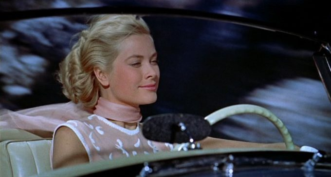image grace kelly voiture la main au collet hitchcock