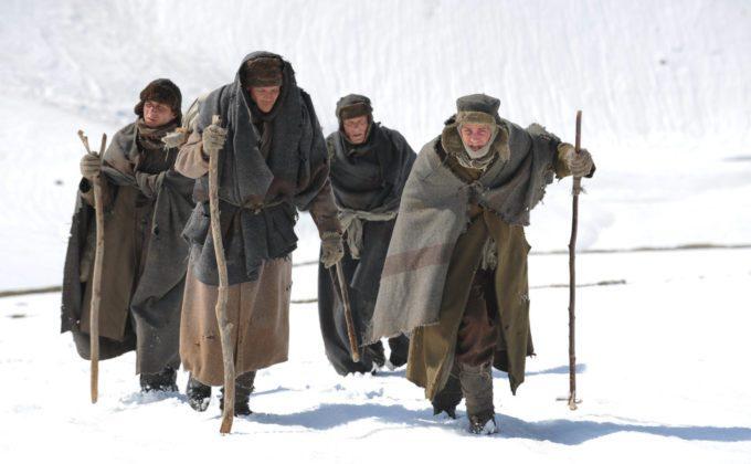image cast avance dans la neige dans les chemins de la liberté de peter weir