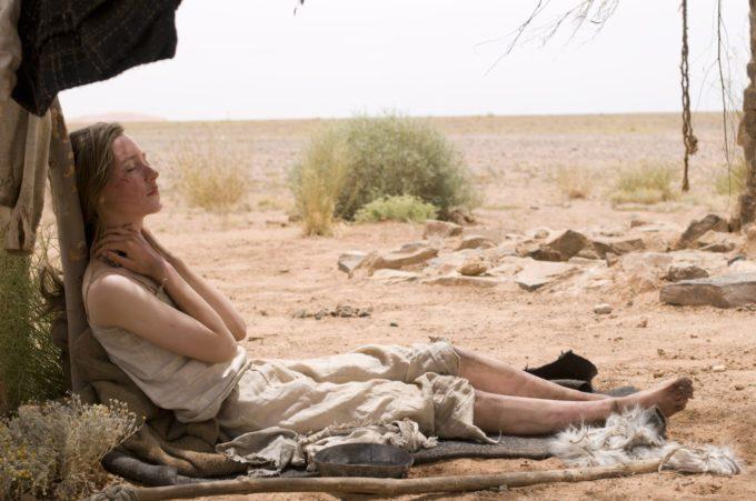 image saoirse ronan allongée sous une tente dans le désert dans les chemins de la liberté de peter weir