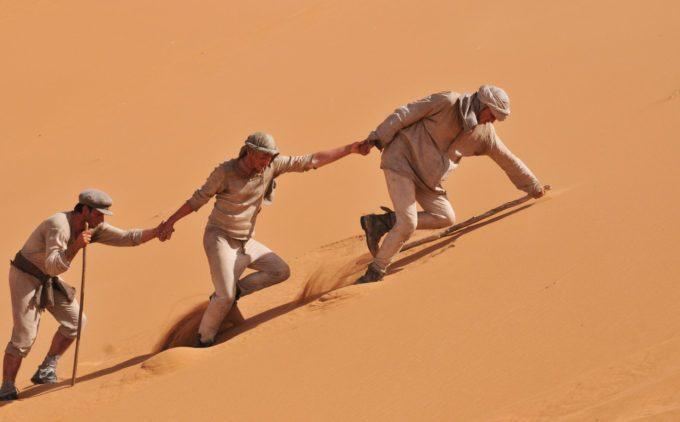 image cast dans le désert dans les chemins de la liberté de peter weir