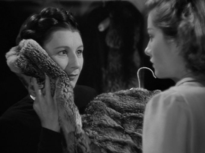 image judith anderson avec manteau joan fontaine rebecca alfred hitchcock