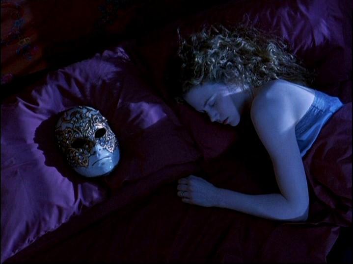 image nicole kidman endormie à côté d'un masque eyes wide shut de stanley kubrick