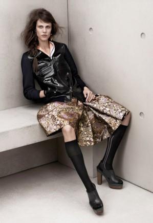 Marni pour H&M : veste en cuir verni et maille : 199€, jupe : 79,95€, chaussettes hautes : 9,95€, sandales compensées : 99€