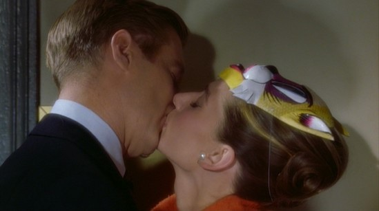 image breakfast at tiffany's diamants  sur canapé audrey hepburn george peppard baiser