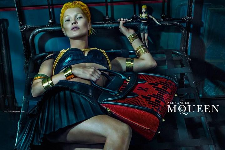 Kate Moss épiée par un voyeur dans le nouveau spot publicitaire d'Alexander McQueen