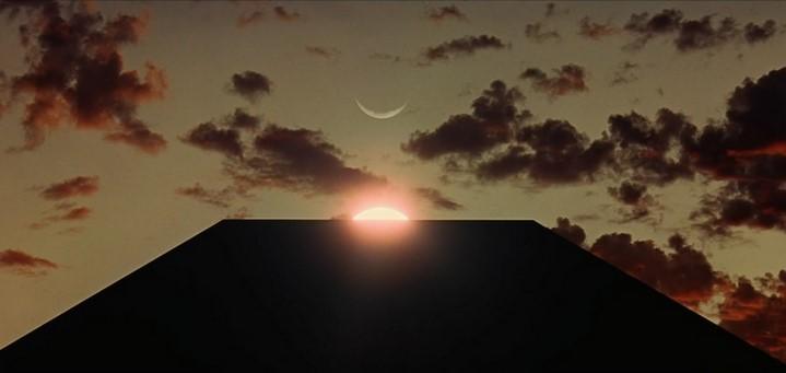 L'alignement mystérieux de la lune, du soleil et du monolithe noir au début du film 2001, l'Odyssée de l'espace (1968).