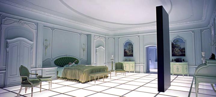 Dernière apparition du monolithe, dans la chambre d'hôtel de la fin de 2001, l'Odyssée de l'espace.
