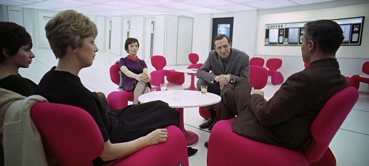 Discussion dans la station orbitale de 2001, l'Odyssée de l'espace