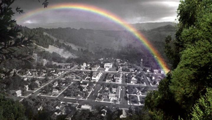 """Un arc-en-ciel insolite au-dessus de la ville en noir et blanc de """"Pleasantville"""" dans le film de Gary Ross."""