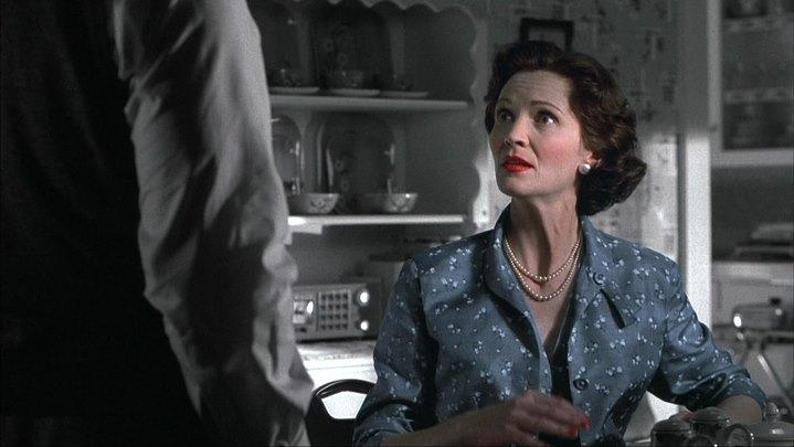 La mère (Joan Allen) assume son altérité, ses couleurs, face à son mari (Pleasantville).