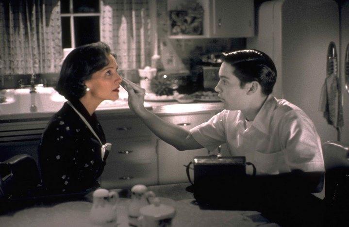 David/Bud maquille en noir et blanc sa mère fictive (Joan Allen).