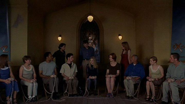 """C'est dans une église que se déroule la """"messe"""" du jeu de réalité virtuelle """"eXistenZ""""."""