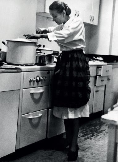 image dîner chez marlene marlene dietrich en train de cuisiner
