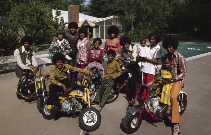 La famille Jackson réunie autour de sa piscine d'Encino, en 1971.