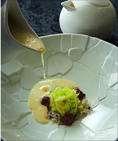 image soupe tiède de pommes de terre, ganache au chocolat amer et cristalline de poivre. jy's jean-yves schillinger éditions du chêne