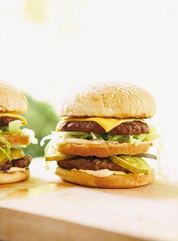 image hamburgers doubles à l'américaines un québécois dans votre cuisine ricardo larrivée