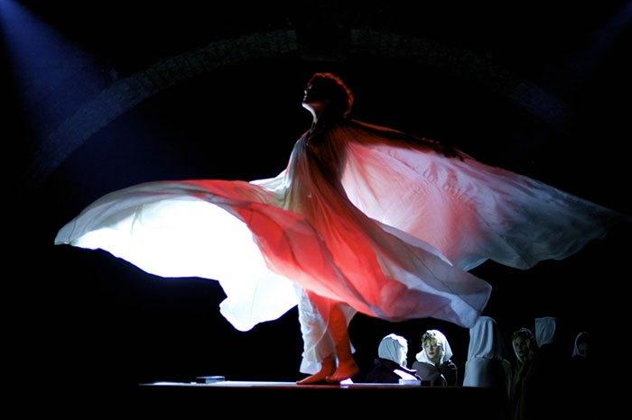 image soko dans le rôle de loïe fuller la danseuse