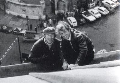 """Claude Carliez avec Jean-Paul Belmondo sur le tournage de """"Peur sur la ville"""" d'Henri Verneuil (1975)."""