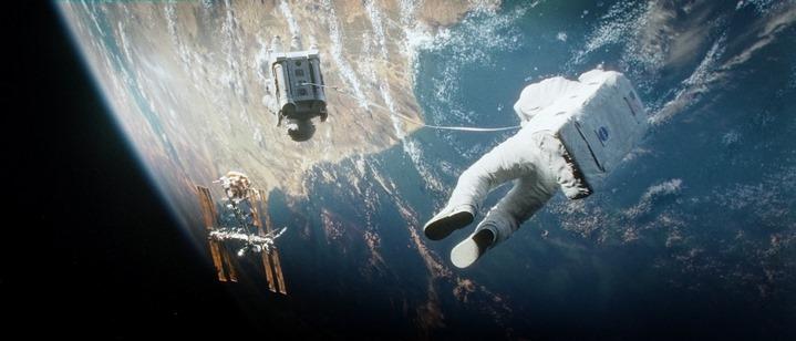 Flottant dans le vide, en orbite (image du film Gravity).