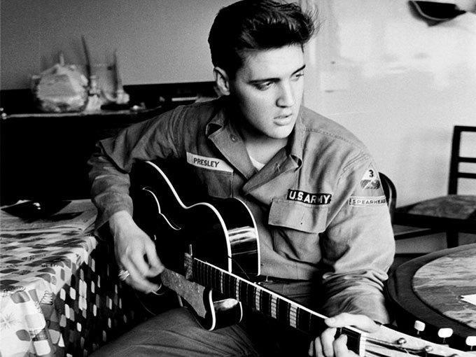 image noir et blanc elvis presley guitare