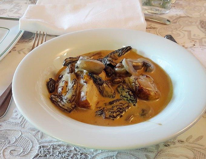 image suprême de poularde à la crème de champignons restaurant le bas bréau barbizon