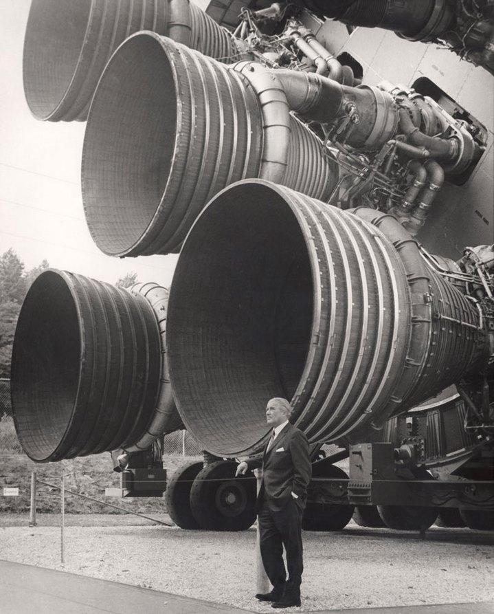 Wernher Von Braun pose devant les gigantesques moteurs F-1 de sa fusée Saturn V.