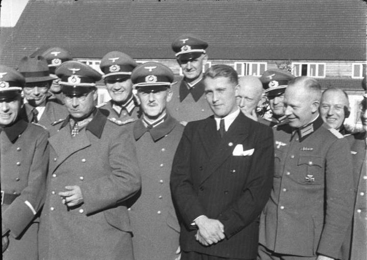 Wernher von Braun (en costume) et ses collaborateurs du centre de recherches de Peenemünde.