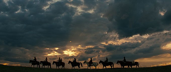 image chevaux coucher de soleil hostiles film scott cooper