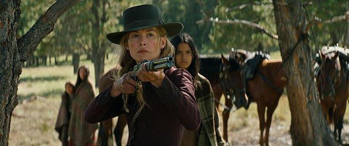 image rosamund pike fusil cheyenne hostiles film scott cooper