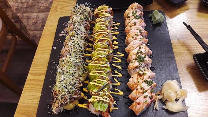 image plateau sushis du dessus restaurant fusion n'rolls bourg-la-reine