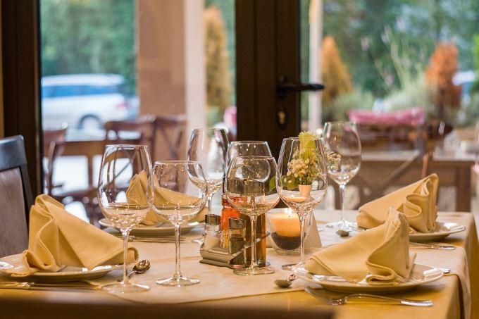 image restaurant vin lunettes servi