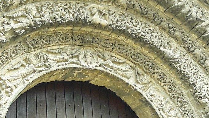 image porte sculptée abbaye aux dames saintes