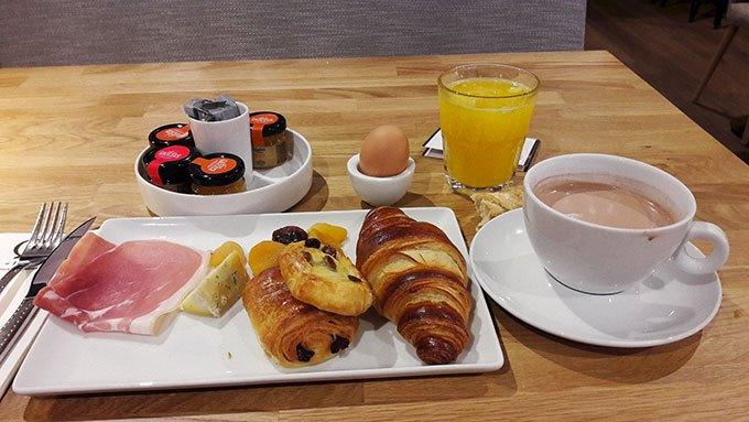 image petit-déjeuner continental hôtel la charpinière saint-galmier